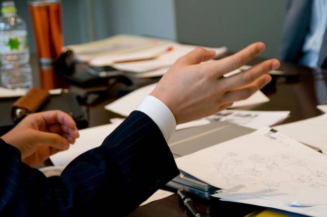 書類を見ながら説明する人